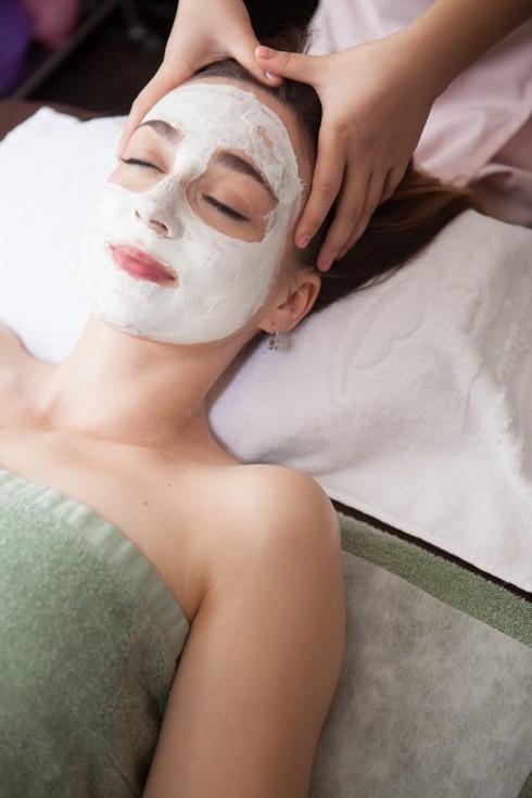 White mask head massage